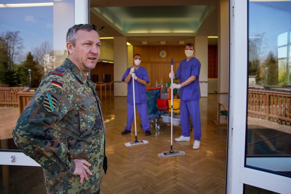 Nur einer ist als Soldat zu erkennen: Oberst Rüdiger Beiser (vorn) erkundigt sich bei den Oberstabsgefreiten Marcus Lambert (hinten li.) und Paul Mallock. Sie sind im Pflegeheim Radeberg eingesetzt.