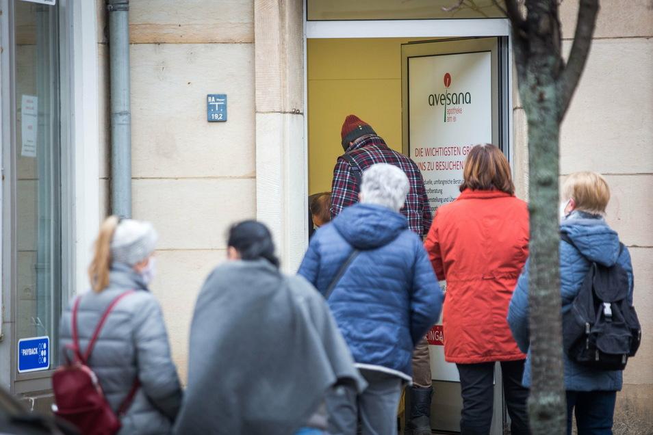 Ansturm auf die kostenlosen FFP2-Masken: Lange Schlangen haben sich am Dienstag vor der Dresdner Apotheke am Ei gebildet.