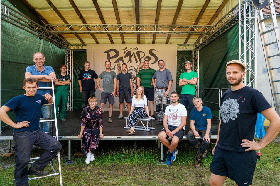 Axel Matz (vorn rechts) und sein Team organisieren das Los Pampos Festival in Zschorna, einem kleinen Ort bei Bautzen. Es ist das kleinste Rockfestival Deutschlands.