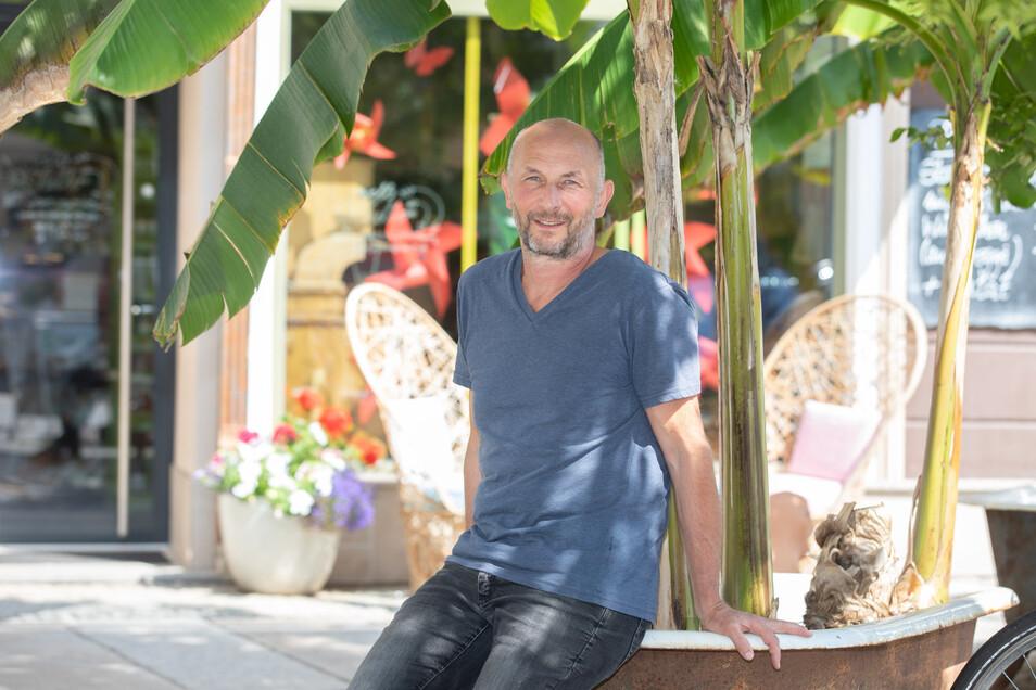 Relaxen unter Bananenstauden: Die Fläche vorm Bioladen seines Sohnes auf der Döbelner Ritterstraße ist eine von vielen kleinen Wohlfühloasen, wo sich Sven Weißflog gern entspannt.