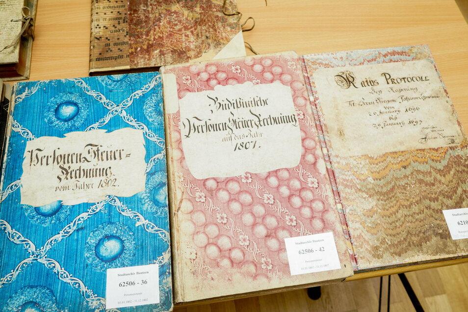 Durch die Digitalisierung werden die Archivmaterialien - wie beispielsweise diese Bücher - geschützt, weil sie für Recherchen nicht immer wieder aus dem Magazin geholt werden müssen.