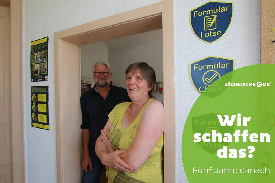 Hartmut Fuchs und Formularlotsin Carola Haupt helfen Migranten, im deutschen Behördendschungel zurechtzukommen. Auch Deutsche können die Formularlotsen in Anspruch nehmen.