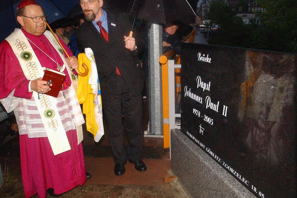 Mit dem damaligen Görlitzer katholischen Bischof Rudolf Müller enthüllte er bei strömendem Regen die Gedenktafel für den verstorbenen polnischen Papst Johannes Paul II. auf der Grenzbrücke zwischen Görlitz und Zgorzelec.