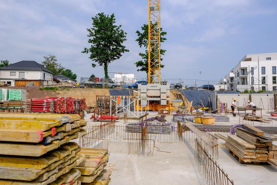 Blick aus der Baugrube für die vier letzten Mehrfamilienhäuser der Kötitzer Stadtgärten in Richtung der bereits fertiggestellten Einfamilienhäuser und der kurz vor dem Bezug stehenden Mehrfamilienhäuser. Bis Ende des Jahres soll der Rohbau stehen.