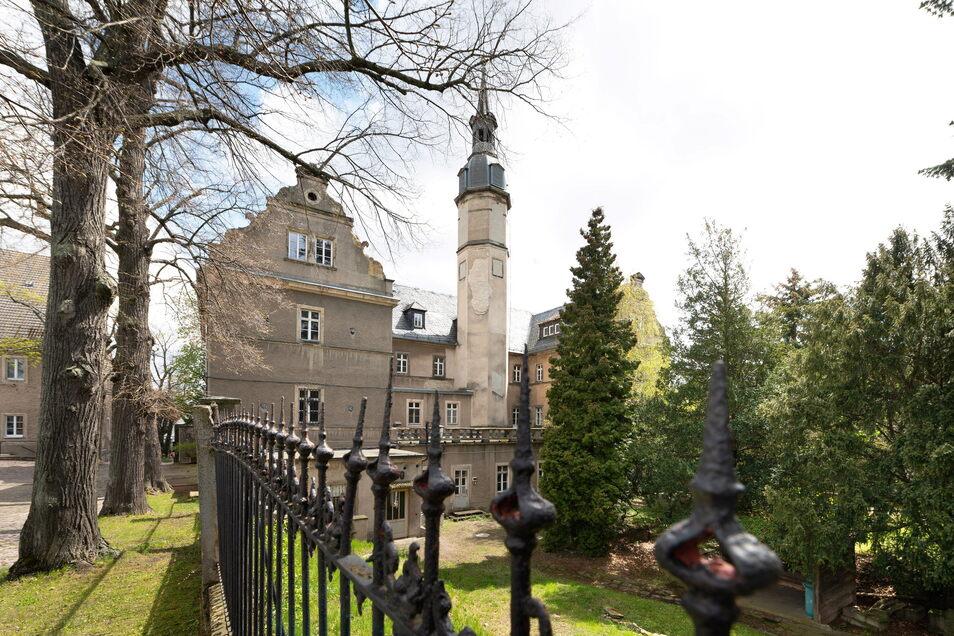 Das Schloss und der Park sind ebenfalls denkmalgeschützt. Das Schloss wird inzwischen nicht mehr als Schulhaus genutzt, nun sucht die Stadt nach einer Lösung für das Ensemble.