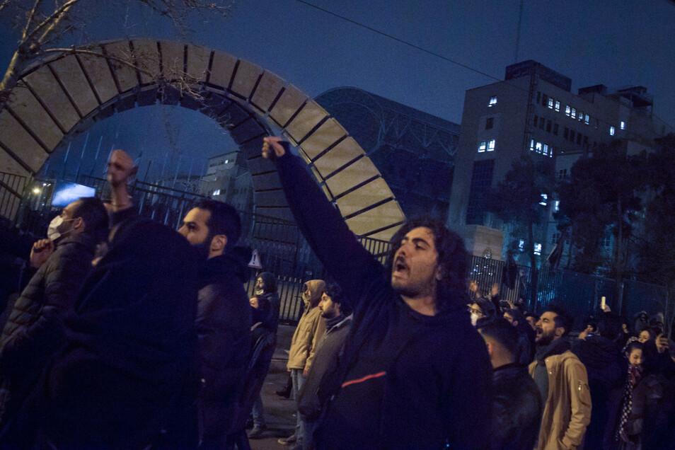 Iranische Studenten demonstrieren nach einer Trauerfeier für die Opfer des Flugzeugabsturzes vor der Amirkabir Universität in der Innenstadt.
