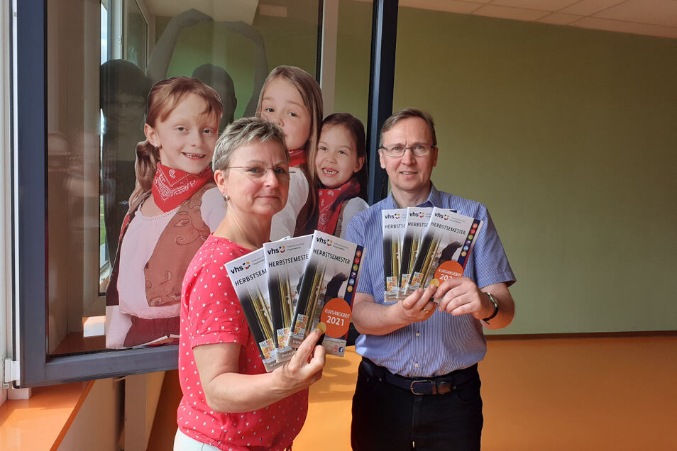 Ute Grun, Leiterin der Volkshochschule Hoyerswerda, und Fachbereichsleiter Torsten Hanf präsentierten das neue Kursheft.