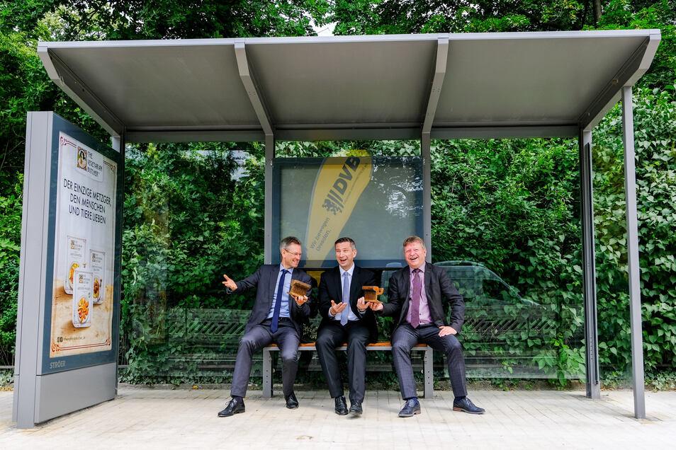 DVB-Vorstand Andreas Hemmersbach, Wirtschaftsminister Martin Dulig und Radebeuls OB Bert Wendsche (v.l.) nahmen schon mal probeweise in der neuen Haltestelle Zillerstraße Platz.