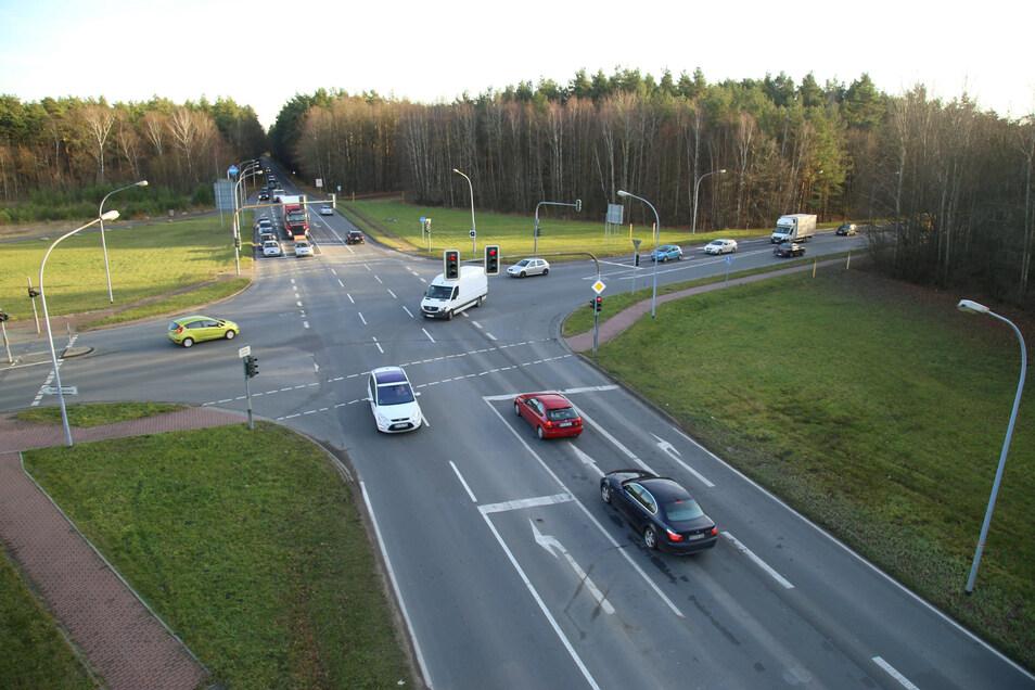 Die Jänkendorfer Kreuzung vor fünf Jahren. Schon damals wurde für einen Kreisverkehr plädiert. Drei Jahre später bekam die Kreuzung nur einen Bypass auf der Fläche links oben im Foto verpasst. Dazu eine neue Ampelanlage und Fahrbahn.