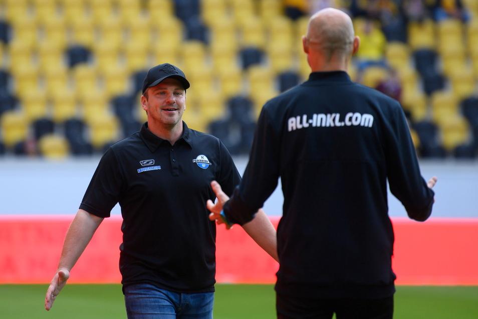 Lukas Kwasniok und Alexander Schmidt begrüßen sich vor dem Spiel. Nach dem deutliche 0:3 waren sich beide Trainer in der Analyse größtenteils einig.