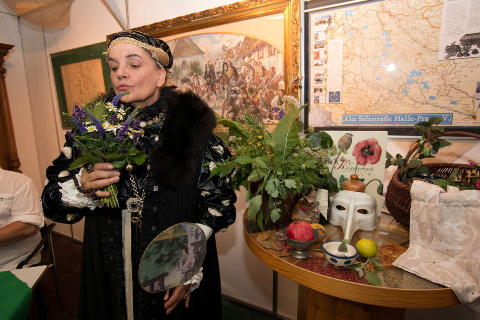 Kurfürstin Anna alias Birgit Lehmann berichtet von Kräutern und Heilmitteln von Anis bis Zimt. Dazu bringt sie verschiedene Kräuter und Utensilien mit.