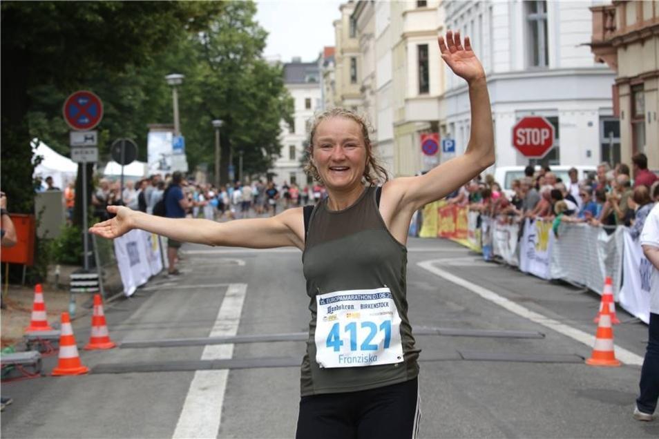 Und das ist sie beim Zieleinlauf. Franziska Kranich gewann über 42,195 Kilometer zum vierten Mal nach 2013, 2014 und 2016.