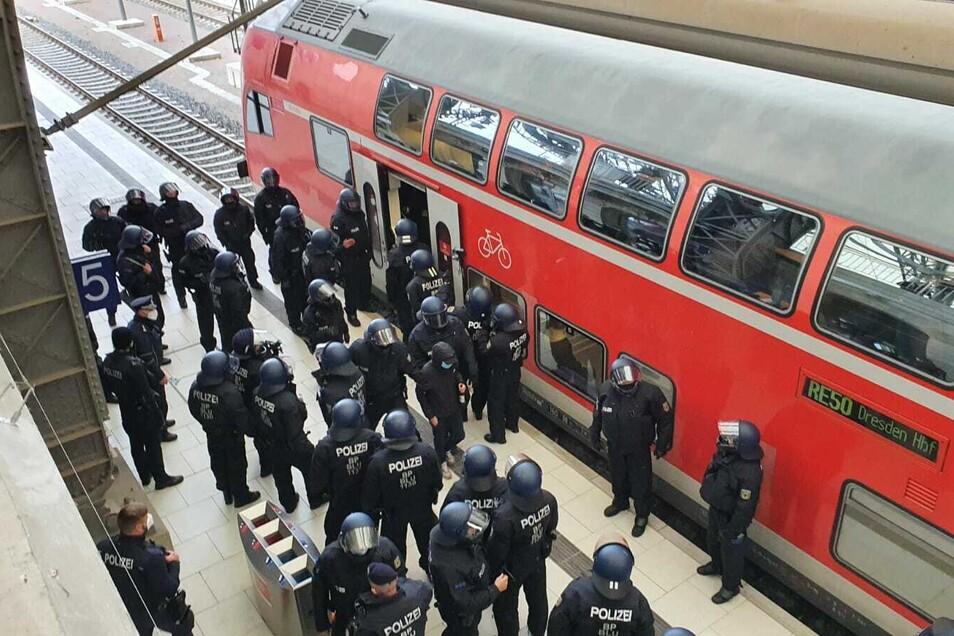 Polizei kontrolliert Zug aus Leipzig.