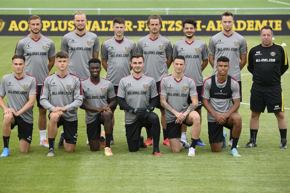 Agyemang Diawusie (untere Reihe Dritter von links) mit den anderen Neuzugängen und Trainer Markus Kauczinski beim Trainingsauftakt vorige Woche.