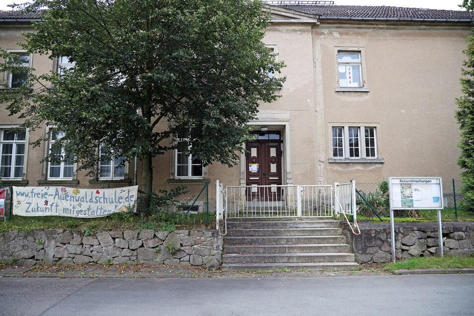War schon mal Schule, dann Seniorenclub - und soll nun wieder Schule werden: der denkmalgeschützte Bau in Jahnishausen.