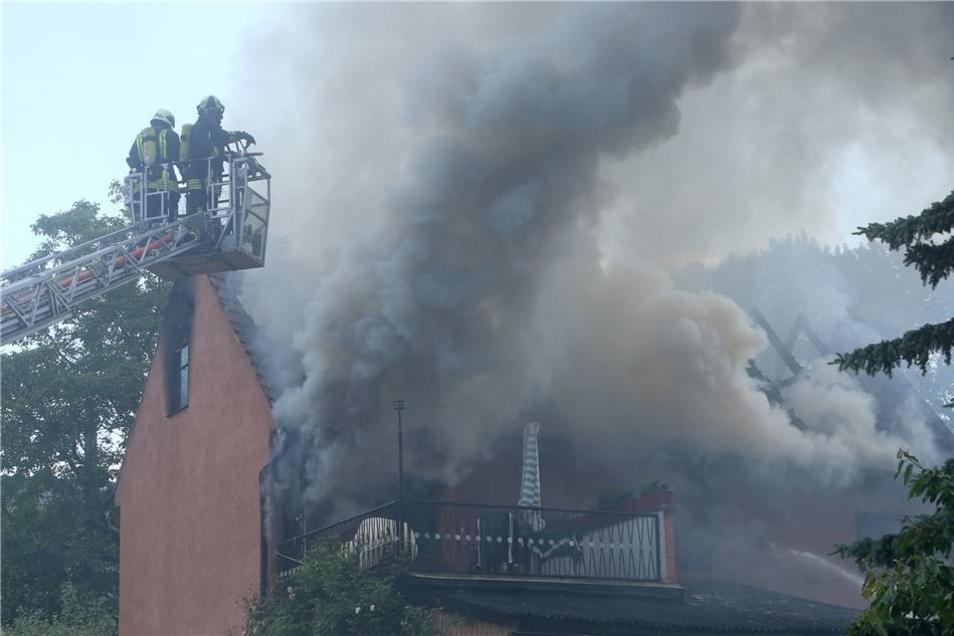 Die beiden Bewohner hatten zum Glück das Haus noch rechtzeitig verlassen können. Die Frau erlitt dennoch eine Rauchgasvergiftung und kam ins Krankenhaus. Ihr Mann musste wegen eines Schocks durch den Rettungsdienst behandelt werden.
