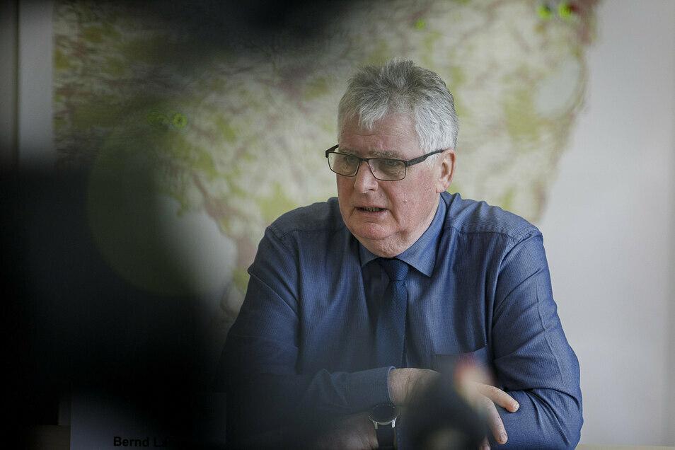 Landrat Bernd Lange vor Journalisten in Görlitz
