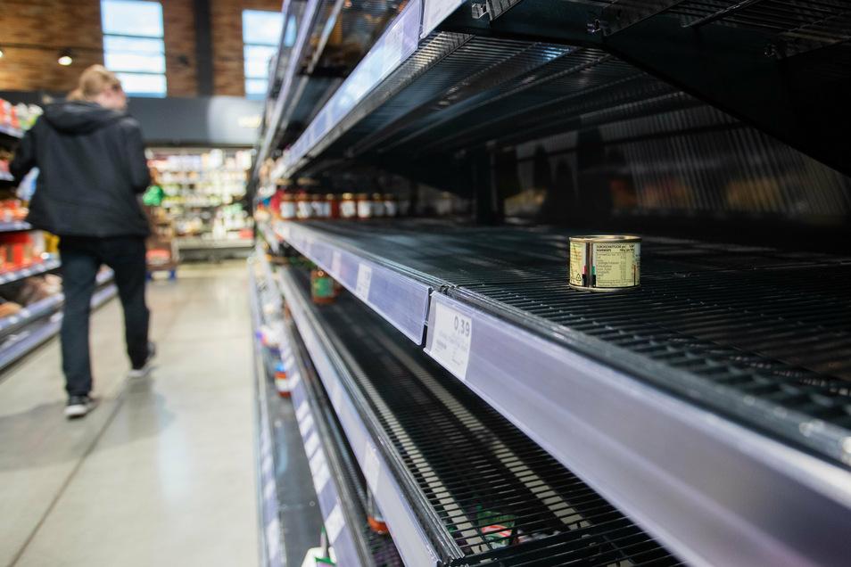 Noch im März waren die Regale leer, wie hier in einem Supermarkt in Baden-Württemberg. Laut einer Umfrage des Meinungsforschungsinstituts YouGov will jeder zehnte Verbraucher in den kommenden Wochen wieder hamstern.