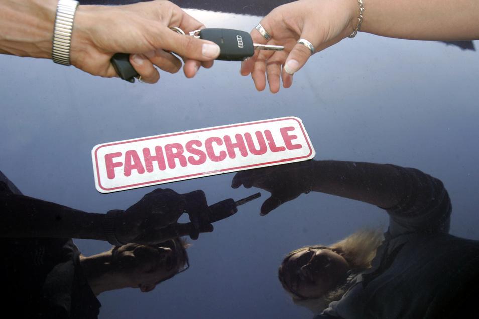 Ziel jedes Fahrschülers: Nicht nur den Schlüssel zum Fahrschulauto zu erhalten, sondern bald das eigene Auto lenken zu dürfen.