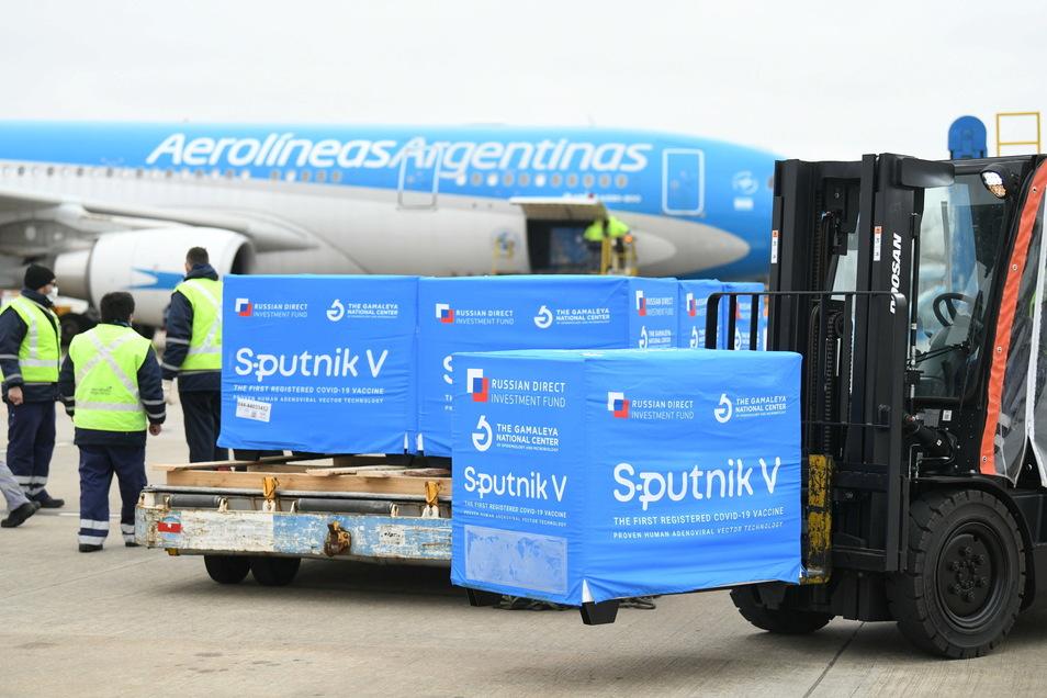 400.000 Dosen des Corona-Impfstoffs Sputnik V werden nach Argentinien gebracht.