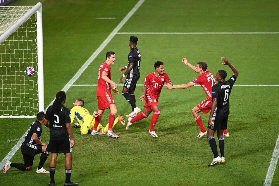 Serge Gnabry (M) von Bayern München feiert mit seinen Teamkollegen den zweiten Treffer gegen Olympic Lyon.