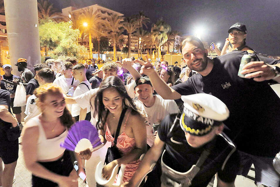An den Strandpromenaden von Mallorca feiern junge Leute wieder zu Tausenden, ohne Maske und ohne Abstand. Seit Dienstag hat die Bundesregierung ganz Spanien als Corona-Hochinzidenzgebiet eingestuft.