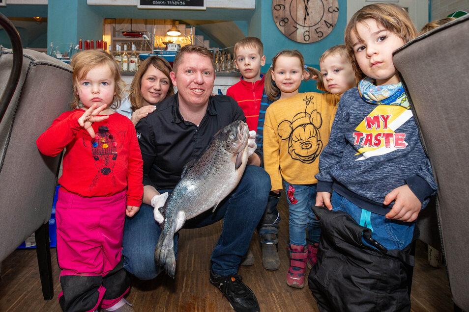 Tina Bark (hinten) und ihr Mann Marcel (vorne) haben die Mädchen und Jungen des Katholischen Kinderhauses St. Josef in ihr Restaurant Schifftor eingeladen.