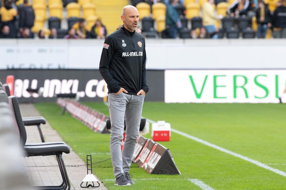 Alexander Schmidt beobachtet das Geschehen auf dem Spielfeld. Noch steht es 0:0.