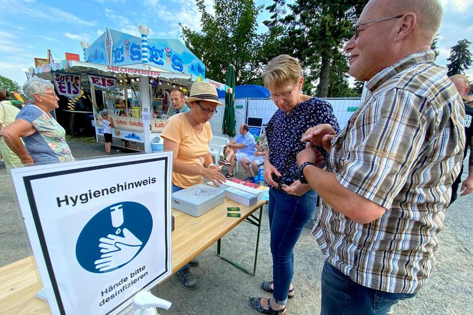 """Bitte Hände desinfizieren, hieß es am Eingang zum """"Sommerfest am Jacobimarkt""""."""