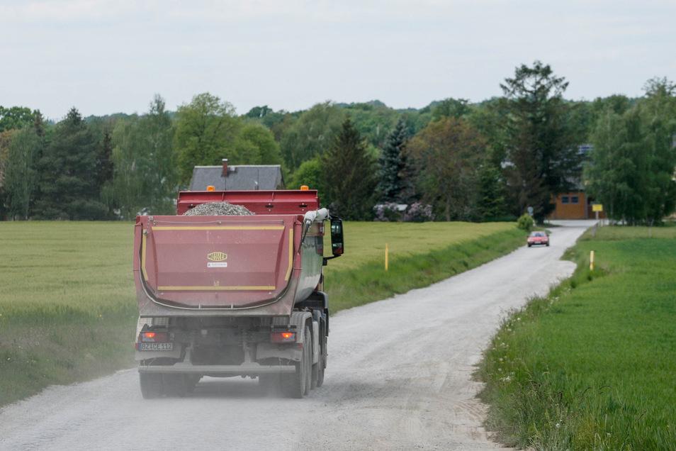 Staubig, eng und ausgefahren ist die Straße zwischen Pließkowitz und Kleinbautzen. Der Gemeinderat wollte sie deshalb für Fahrzeuge mit mehr als 7,5 Tonnen sperren. Ein Gericht hat nun anders entschieden.