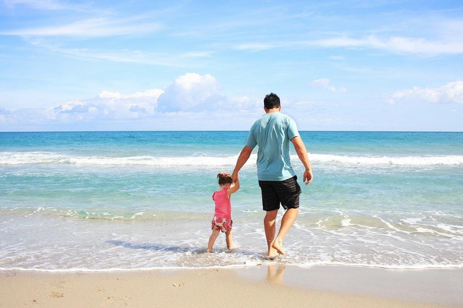 Gerade am Strand lauert die Gefahr kalter Füße, die schnell zu Harnwegsinfekten führen kann.
