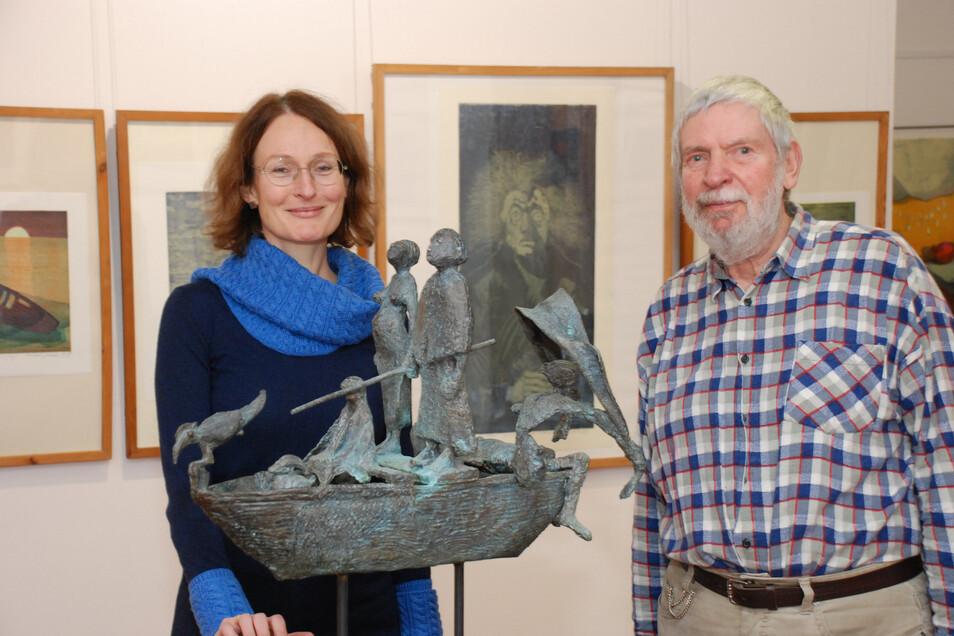 Klaus Drechsler und Kuratorin Anke Fröhlich Schauseil stehen vor einer der Plastiken des Dresdner Künstlers.