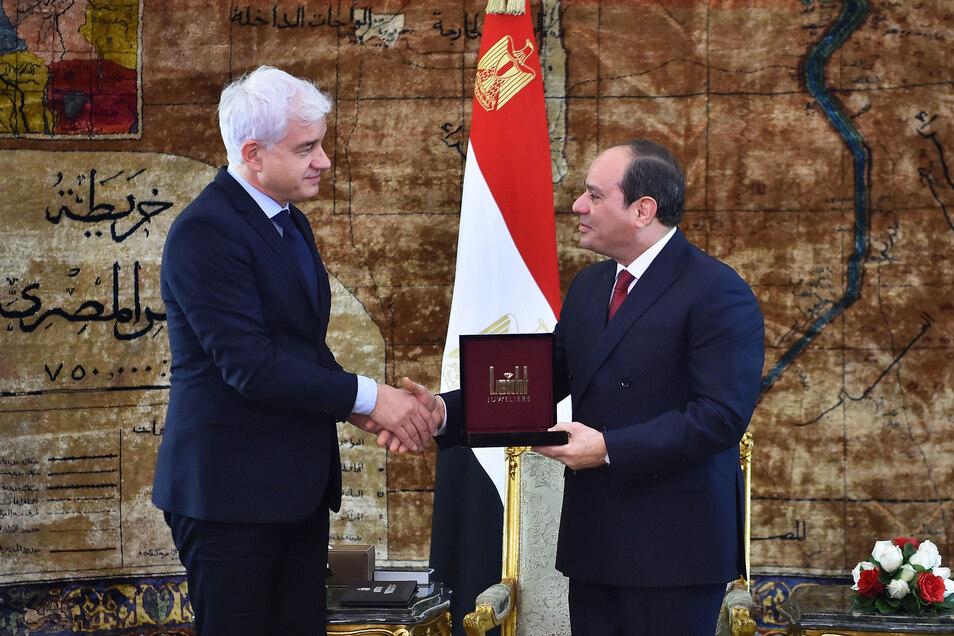 Die Übergabe des St. Georgs-Ordens von Semperopernballchef Hans-Joachim Frey (l),an Abdel Fattah Al-Sisi, Präsident von Ägypten, hat zu Absagen und Protesten geführt.