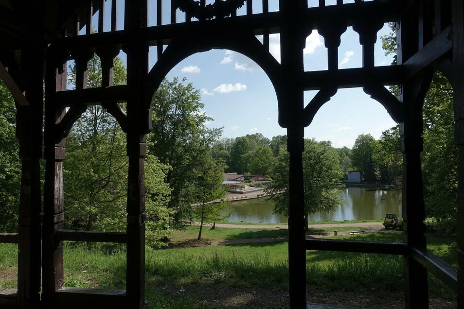 Blick aus dem mehr als 100 Jahre alten Musikpavillon über den Bürgergarten. Sein Ursprung liegt in einem Rosengarten, den der Steinsetzmeister Hermann Kneiß hier anlegte. 1907 bekam die Anlage den Namen Bürgergarten und wurde zum beliebten Ausflugszie