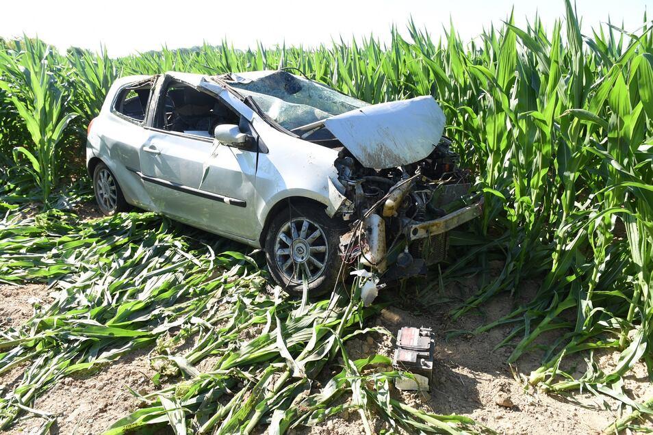 Der Fahrer des Renault kam von der Fahrbahn ab und überschlug sich. Er landete auf einem Feld.