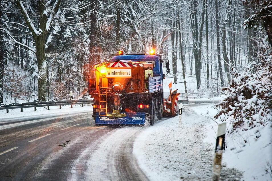 Winterdienst-Einsatz, hier in den Serpentinen bei Hohnstein: Für die Nacht zum Dienstag gilt noch einmal erhöhte Alarmbereitschaft.