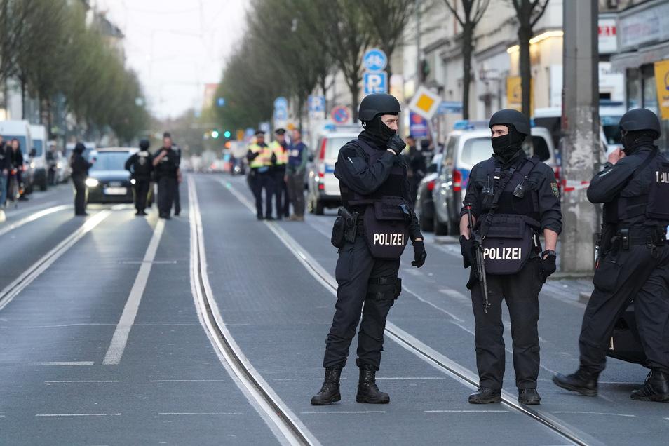 Polizisten stehen mit Maschinenpistolen auf der Eisenbahnstraße in Leipzig. Hier wurde ein 47-jähriger Mann schwer verletzt gefunden. Nach Zeugenangaben sollen zuvor Schüsse gefallen sein.