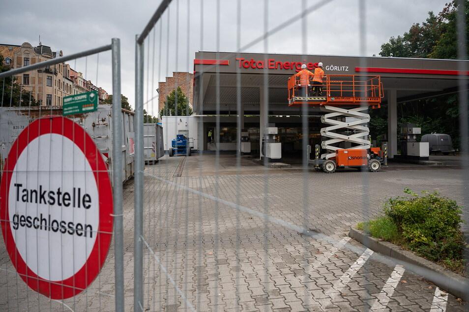 Aus Total wird TotalEnergies - hier an die Tankstelle an der Bahnhofstraße in Görlitz. Mittlerweile ist wieder geöffnet und Tanken möglich, Restarbeiten werden noch gemacht.
