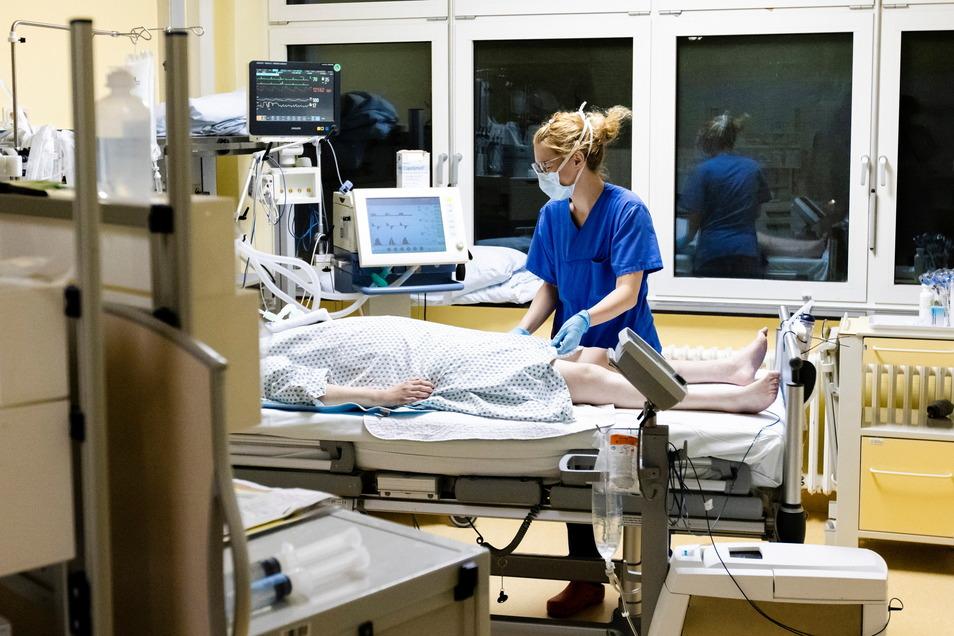 Viele Corona-Patienten liegen wochenlang auf der Intensivstation. Knapp die Hälfte verliert den Überlebenskampf.