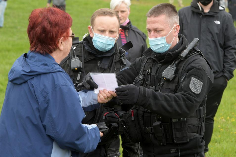 Die Polizei hatte reichlich zu tun, weil viele Bürger anfangs keine Mund-Nasen-Maske trugen. Einige hatten aber auch ein Attest dabei.