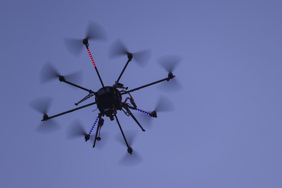 Drohnen haben auch ihr Gutes: Mit dieser, die eine Wärmebildkamera trägt, wird nach im Gras liegenden Rehkitzen gesucht - mit vorheriger Erlaubnis der Landwirte.