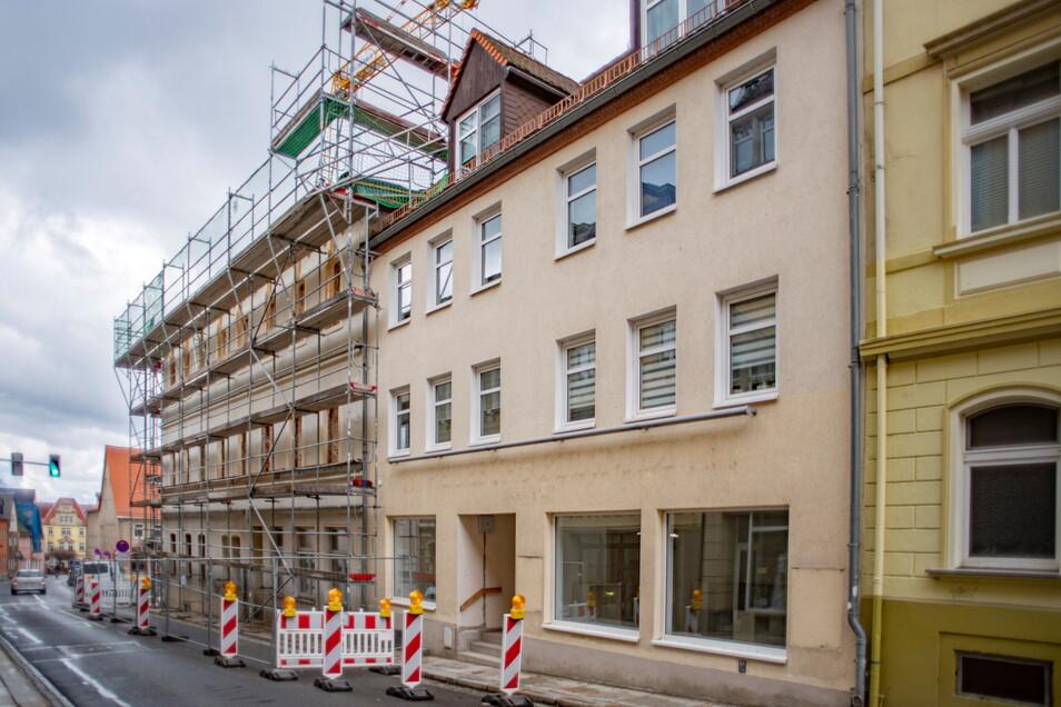 In das Gebäude neben dem eingerüsteten Rathaus von Pulsnitz soll das Ordnungsamt einziehen.
