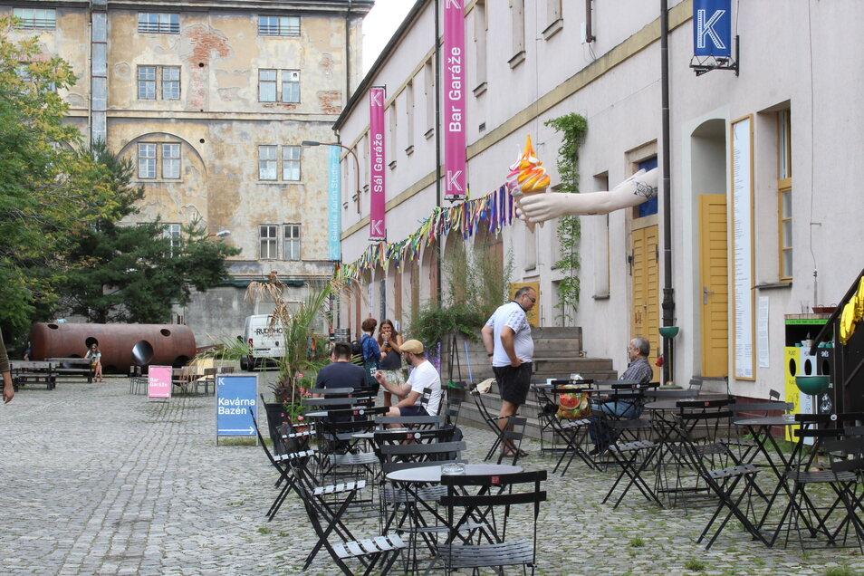 In der Kasárna Karlín gibt es mehrere Bars und Cafés.