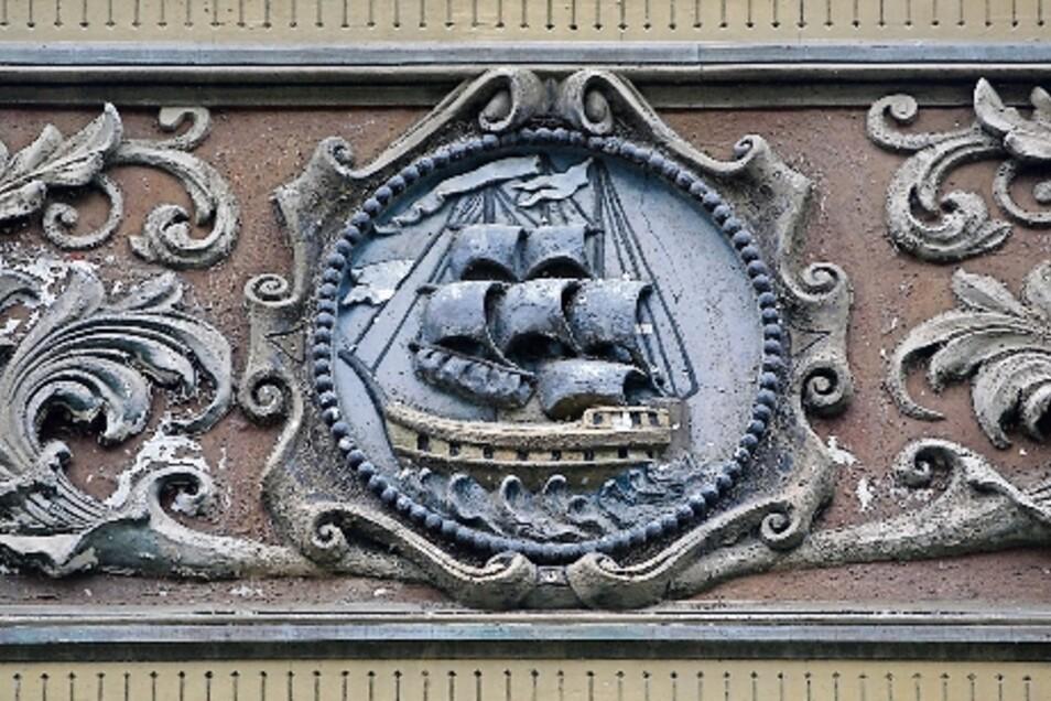 Die Stucktafel über der Eingangstür zeigt ein Segelschiff.