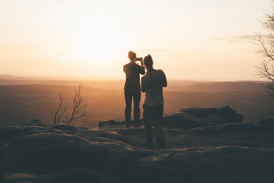 Nach langem Lockdown das erste Mal draußen mit Freunden den Sonnenuntergang zu erleben, war, wie hier auf dem großen Zschirnstein, ein besonderer Glücks-Moment, wie Benjamin Korth aus Dippoldiswalde zu seinem Foto verrät.