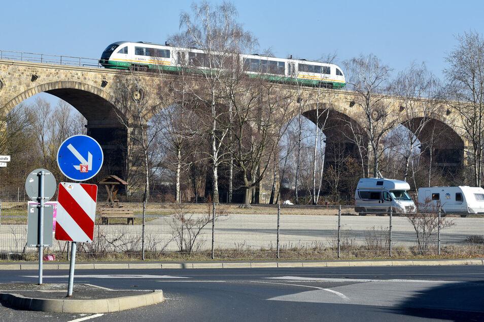 Der Trilex auf dem Neiße-Viadukt in Zittau.