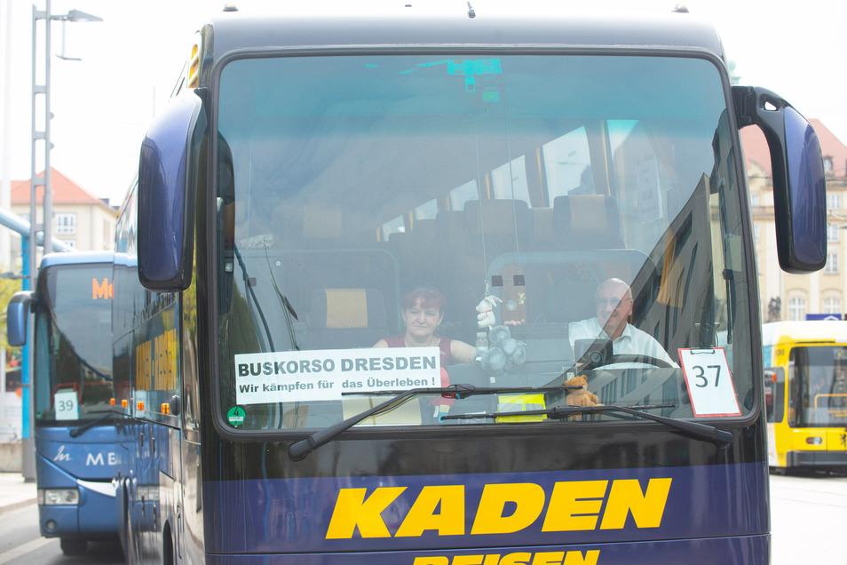 """""""Wir kämpfen für das Überleben"""", war an diesem Bus zu lesen."""