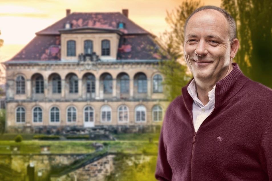Comödien-Geschäftsführer Olaf Maatz vor seiner Sommer-Spielstätte - dem Schloss Übigau.