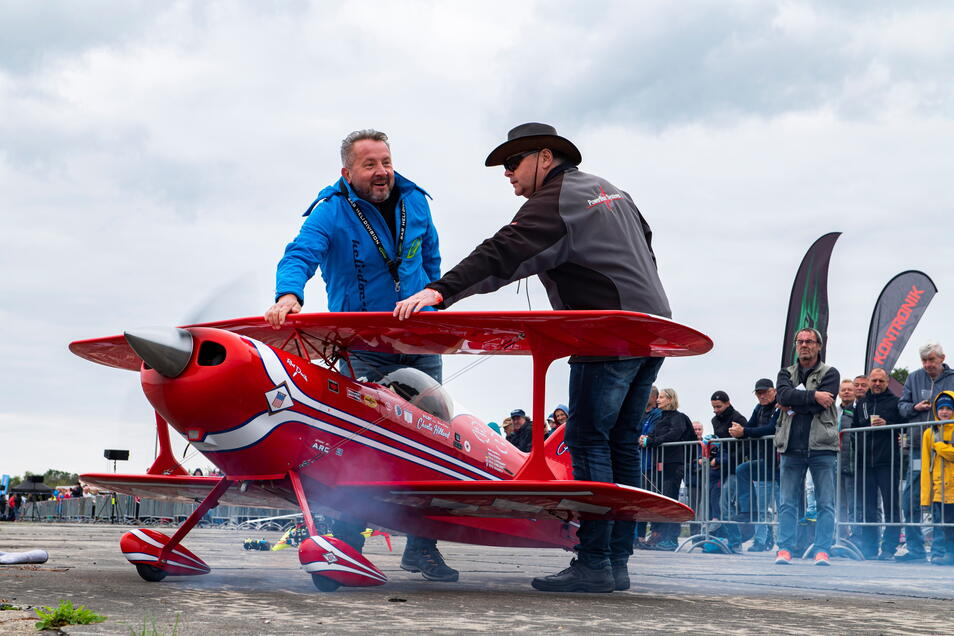 Enrico Richter (rechts) und Mario Hauffe präparieren das Modellflugzeug Pitts Special für den Start.