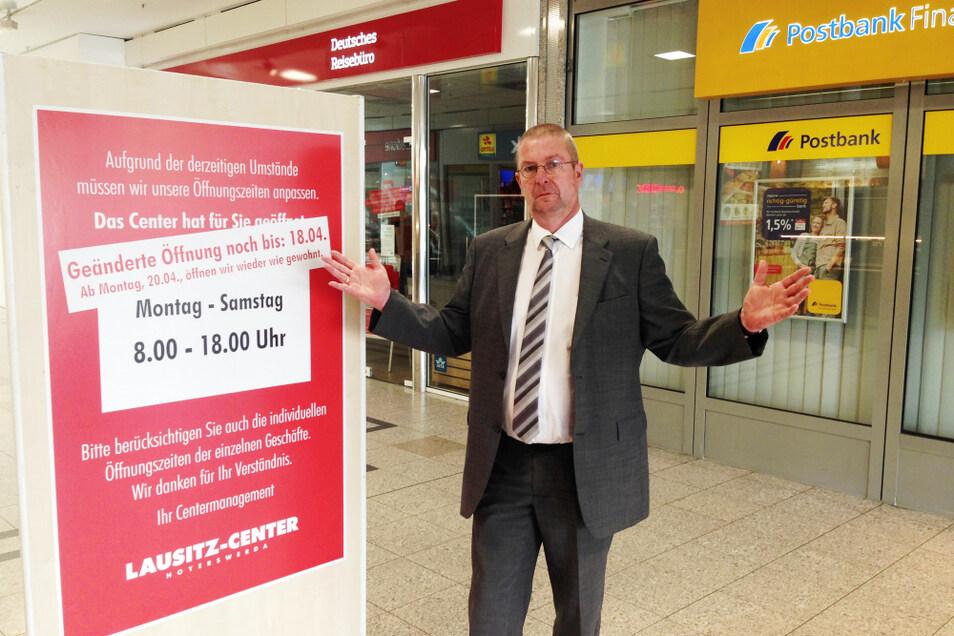 Lausitz-Center-Manager Dieter Henke hatte in der Mall die Schilder zu den Sonderöffnungszeiten mit Banderolen überklebt, dass es ab Montag so weitergehen werde wie bisher. Nun scheint das hinfällig.